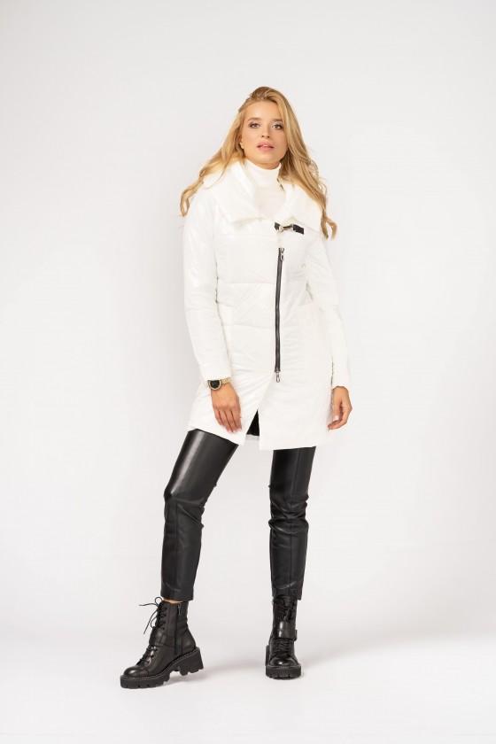 Biała, pikowana kurtka z kapturem i wywijanym kołnierzem, zapinana na suwak i karabińczyk z nakładanymi kieszeniami