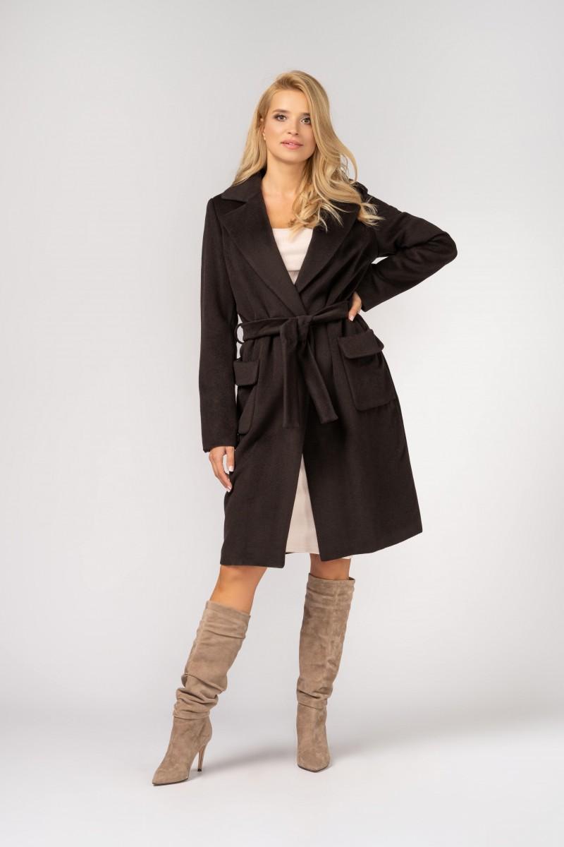Elegancki płaszcz typu szlafrok z naszywanymi kieszeniami i paskiem w talii m396 brązowy